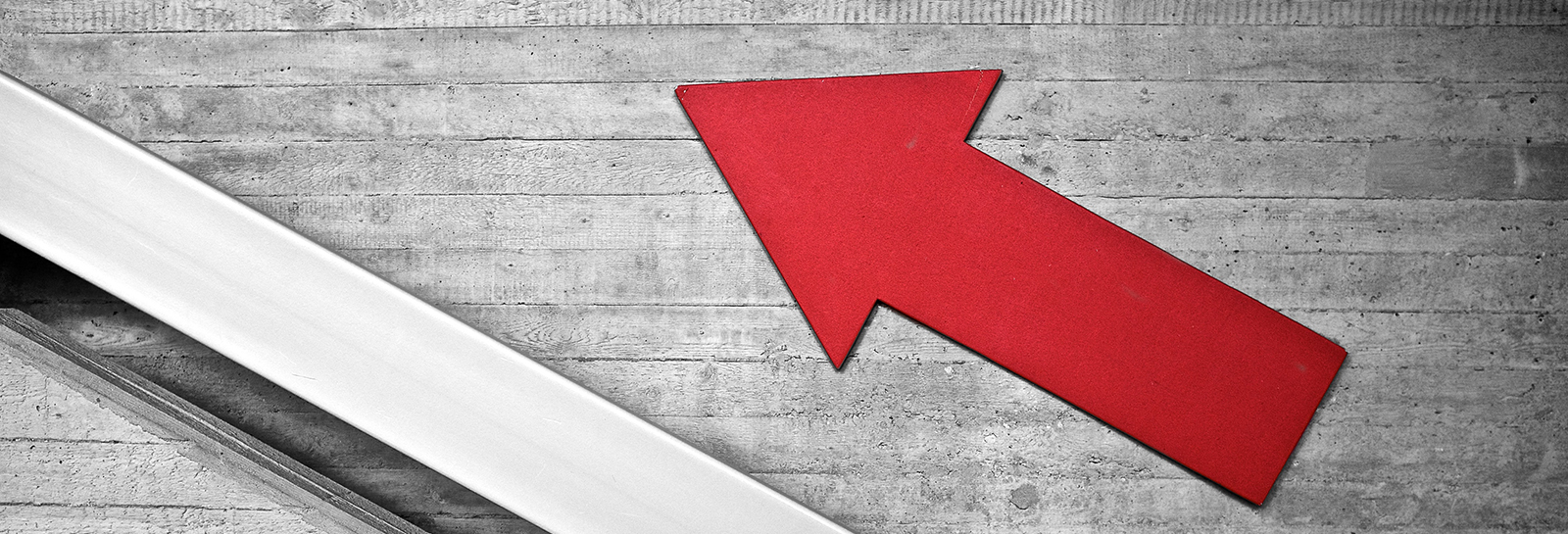 an red arrow pointing upward to the top left